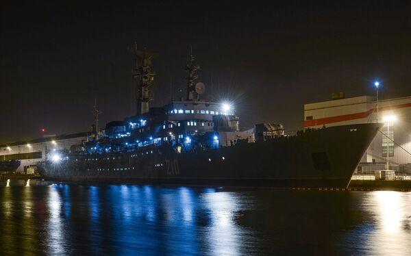 Учебный корабль Смольный Военно-Морского флота РФ у причала судостроительного заводе фирмы STX Europe в городе Сен-Назер