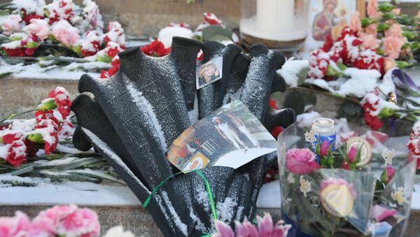 Цветы в память о погибших во время пожара в клубе Хромая лошадь в Перми