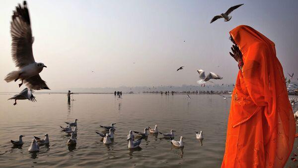 Индус молится на берегу Ганга в Аллахабаде, Индия. Архивное фото