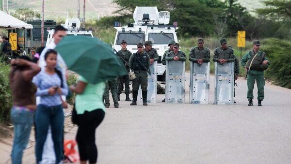 Бойцы Национальной гвардии Венесуэлы стоят на страже возле тюрьмы в штате Лара, где заключенные приняли смертельную дозу лекарств