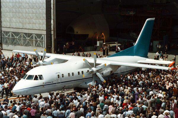 Турбовинтовой самолет Ан-140. Архивное фото