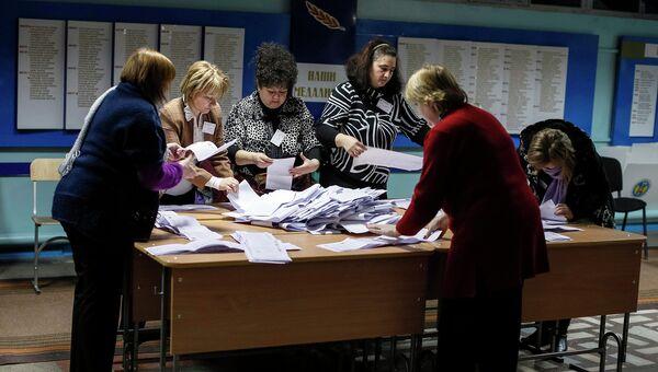 Подсчет бюллетеней на одном из избирательных участков Кишинева, Молдавия