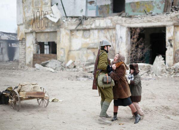 Участники военно-исторической реконструкции, посвященной 72-й годовщине начала контрнаступления советских войск под Сталинградом