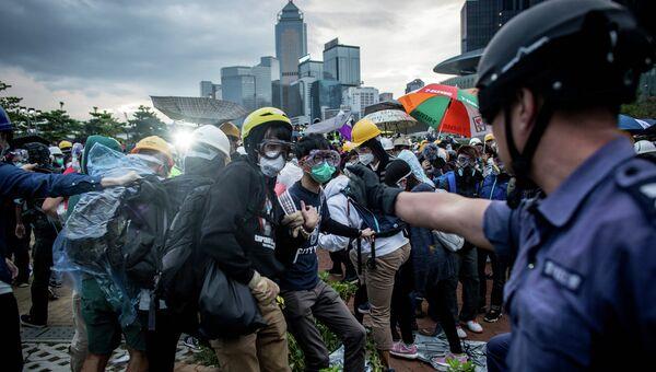 Столкновения протестующих с полицией в Гонконге. Архивное фото