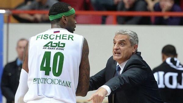Игрок УНИКСа Дьор Фишер (слева) и главный тренер УНИКСа Аргирис Педулакис. Архивное фото