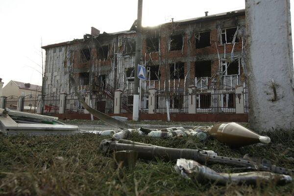 Не разорвавшиеся снаряды на газоне возле школы №20 в центре города Грозного