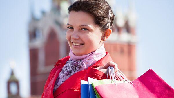 Девушка на фоне Кремля. Архивное фото