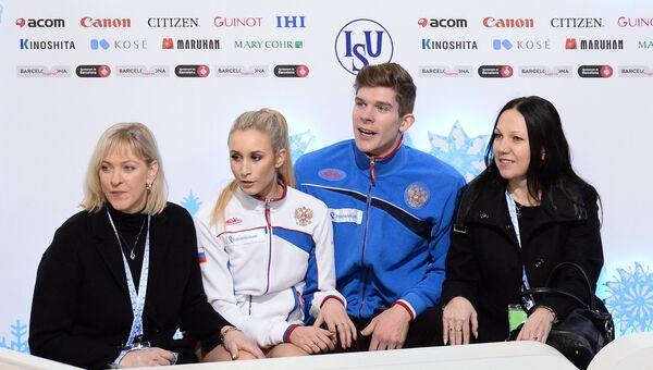 Анна Яновская и Сергей Мозгов (Россия) выступают в короткой программе танцев на льду в финале юниорского Гран-при по фигурному катанию в Барселоне