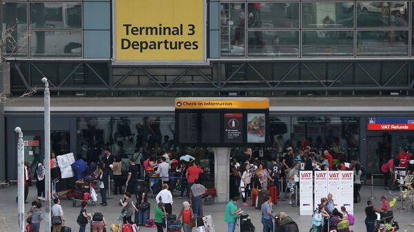 Пассажиры возле одного из терминалов аэропорта Хитроу в Лондоне