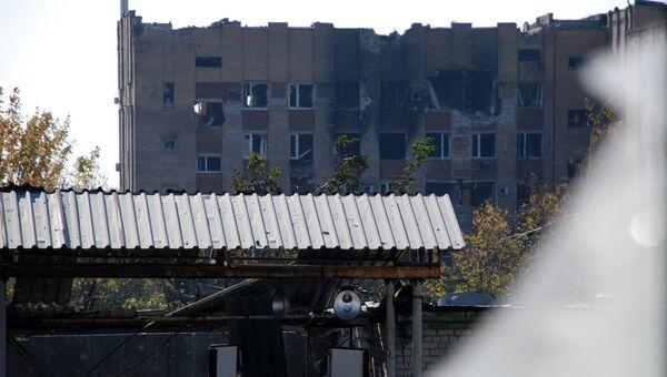 Разрушенное здание в районе аэропорта города Донецка. Архивное фото