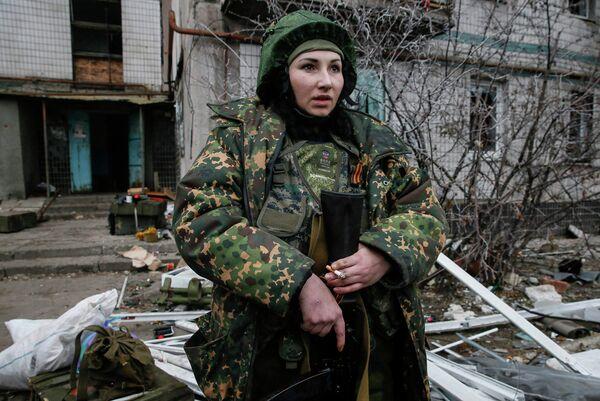 Женщина-боец народного ополчения в районе Донецкого аэропорта