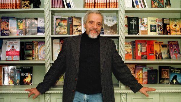 Бразильский прозаик и поэт Пауло Коэльо в своем офисе. Бразилия, архивное фото