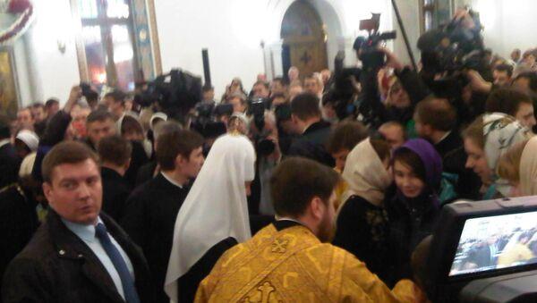Патриарх Московский и всея Руси Кирилл в храме при штабе ВДВ общается с детьми, приехавшими с Донбасса.