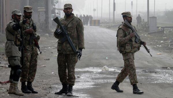 Пакистанские солдаты у дороги. Архивное фото