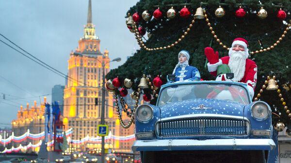 Праздничная инсталяция с Дедом Морозом и Снегурочкой у елки на улице Москвы