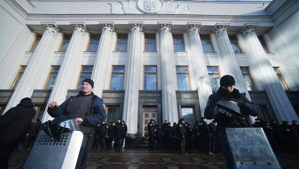 У здания Верховной Рады в Киеве. Архивное фото.
