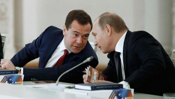 Президент РФ Владимир Путин (справа) и председатель правительства РФ Дмитрий Медведев на заседании Госсовета и Совета по культуре и искусству при президенте РФ в Кремле