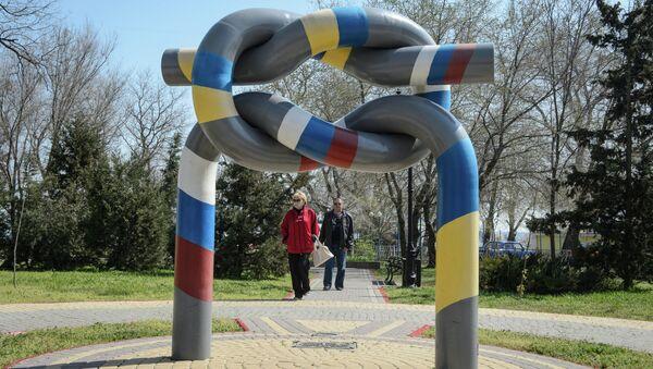 Памятник дружбе Украины и России в одном из парков Керчи