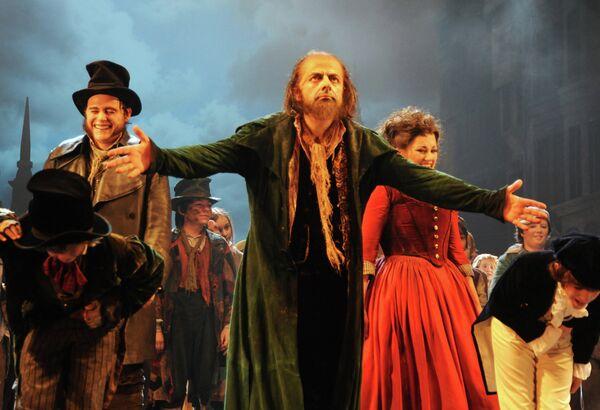 Актер Роуэн Аткинсон в спектакле Оливер! театра Друри-Лейн в Лондоне