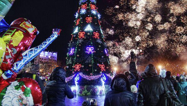Горожане возле главной елки Севастополя. Архивное фото