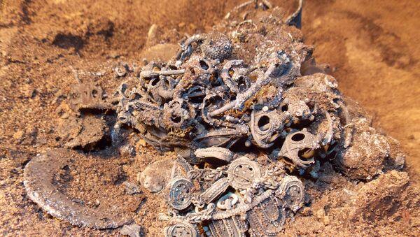 Клад, обнаруженный археологами при раскопках в здании Тверского музея.