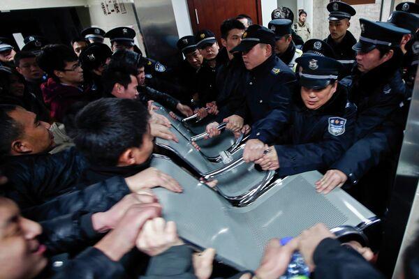 Люди пытаются навестить родственников раненых в давке, в больнице в центре Шанхая