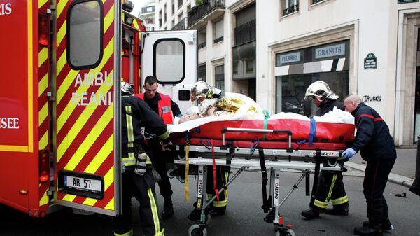 Эвакуация раненых при стрельбе в офисе издания Charlie Hebdo в Париже. 7 января 2015 года