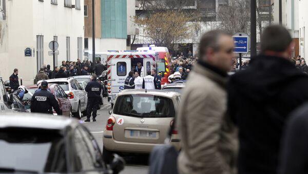 Автомобили скорой помощи возле офиса издания Charlie Hebdo в Париже