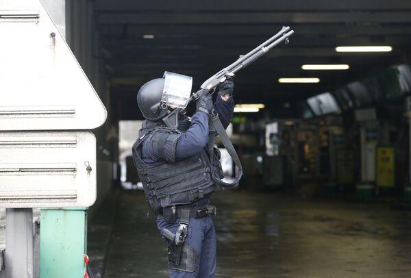 Французская полиция у кошерного магазина продовольственных товаров в Порт-де-Венсен