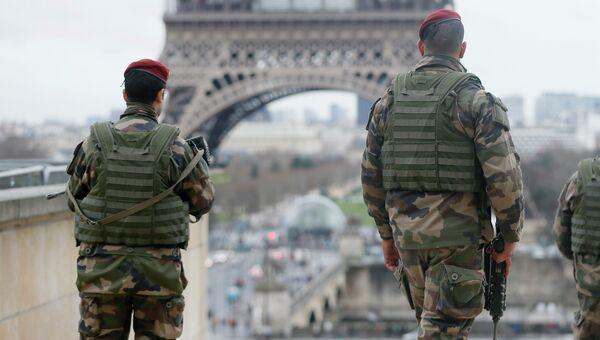 Французские солдаты патрулируют улицы Парижа