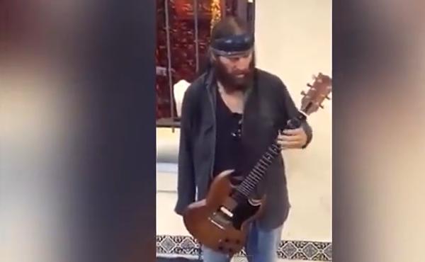 Достоин восхищения: виртуозный музыкант без одной руки