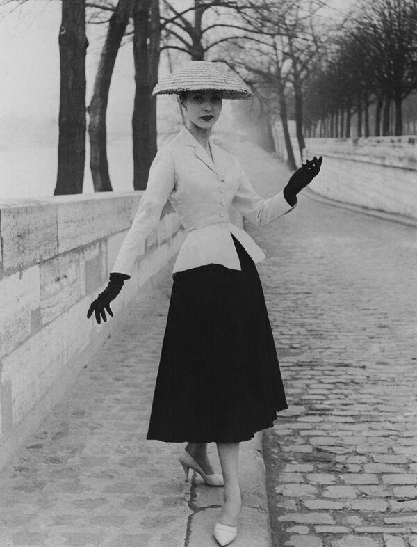 Модель в костюме Кристиан Диор. 1947