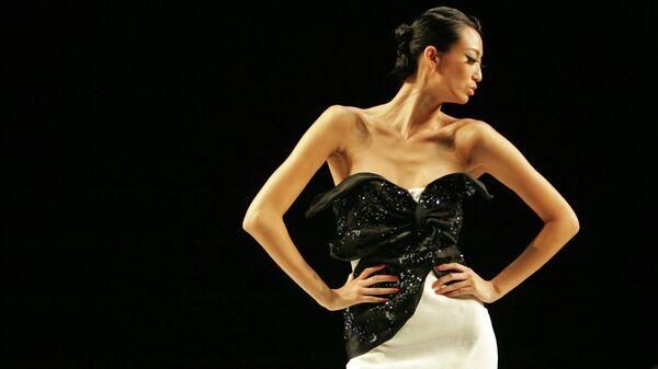 Модель демонстрирует платье из коллекции Кристиан Диор