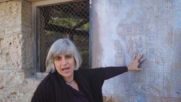 Мозаика, обнаруженная при раскопках в Древнем Коринфе, и греческий археолог Юлия Тзону