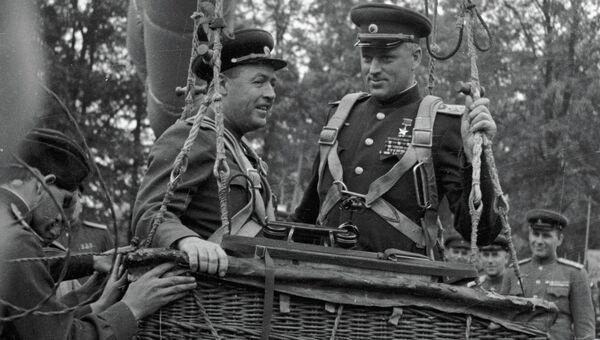 Маршал Рокоссовский (справа) и генерал-лейтенант А .К. Сокольский