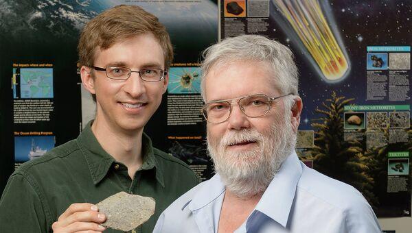 Дэвид Минтон, его ученик Джей Мелош и фрагмент метеорита-хондрита