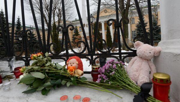 Цветы и свечи у посольства Армении в Москве в связи с трагедией в Гюмри