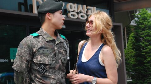 Южнокорейский пограничник и российская туристка