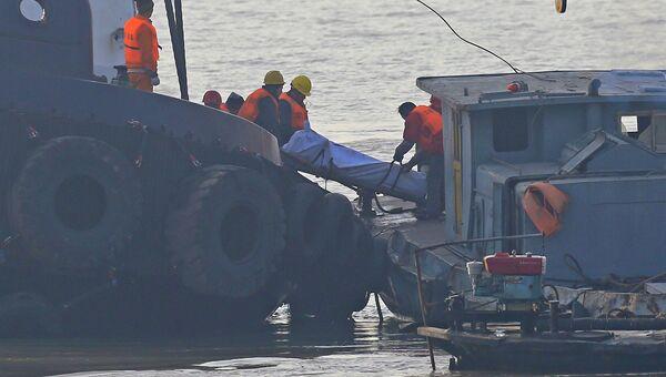 Спасатели извлекают погибших с перевернувшегося катера в Китае