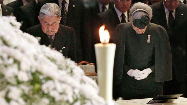 Императорская чета Японии почтила память жертв землетрясения в Кобе