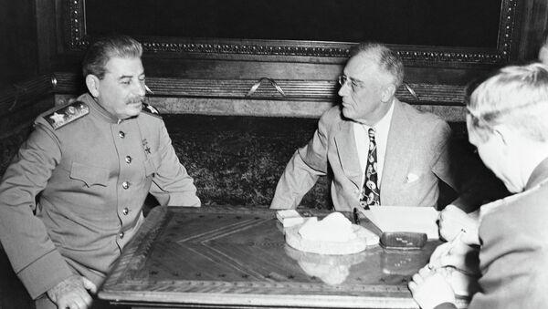 Маршал Иосиф Сталин и президент Франклин Рузвельт на совещании в Ялте