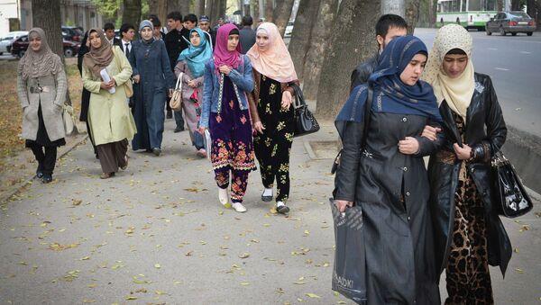 Студентки университета идут с занятий в городе Душанбе в Таджикистане. Архивное фото