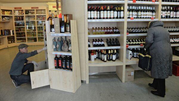 Женщина выбирает вино. Архивное фото