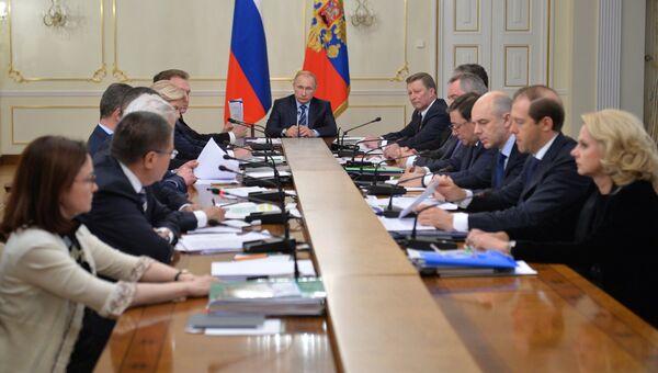 Президент РФ Владимир Путин на совещании с членами правительства, архивное фото