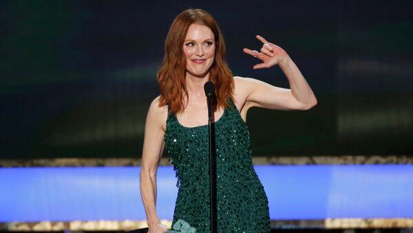 Джулианна Мур принимает получает награду в категории лучшая актриса за  роль в фильме Все еще Элис
