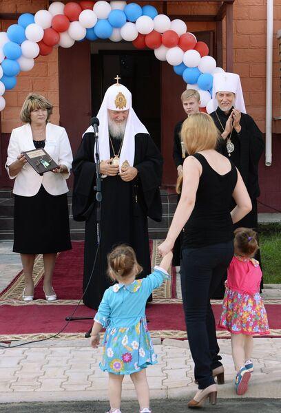 Патриарх Московский и всея Руси Кирилл во время встречи с пострадавшими в результате наводнения 2013 года