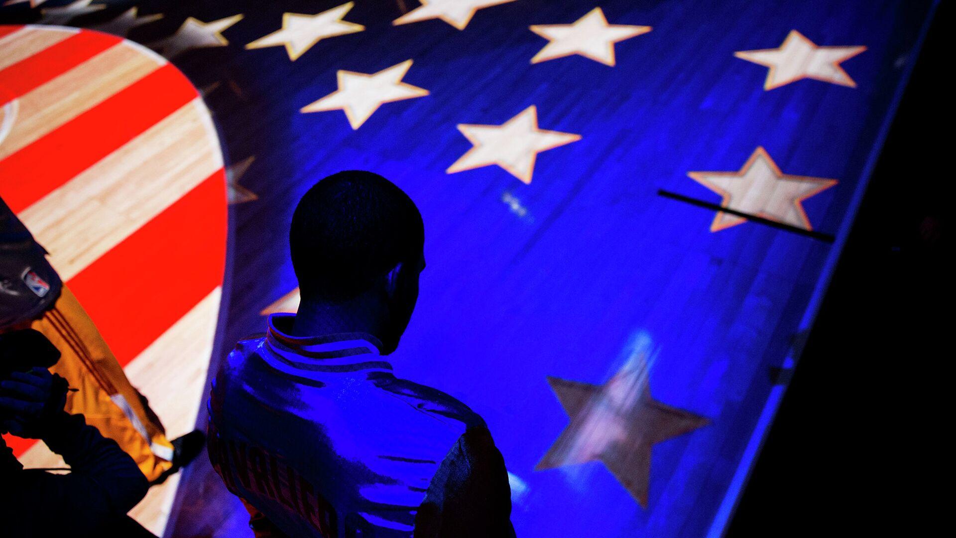 Человек на фоне американского флага - РИА Новости, 1920, 03.09.2020