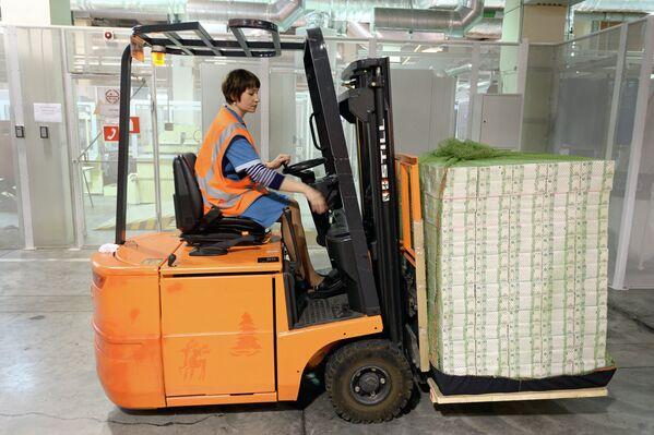 Сотрудница пермской фабрики Гознак перевозит упакованные купюры на погрузчике
