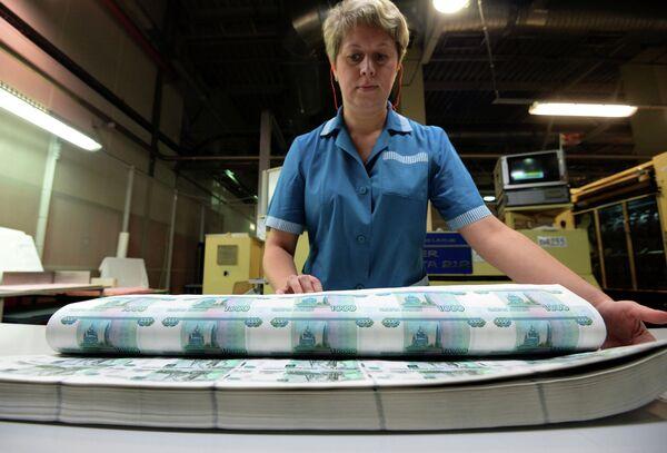 Сотрудница пермской фабрики ФГУП Гознак проверяет номера на купюрах