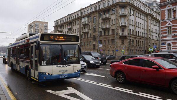 Общественный транспорт в центре Москвы. Архивное фото